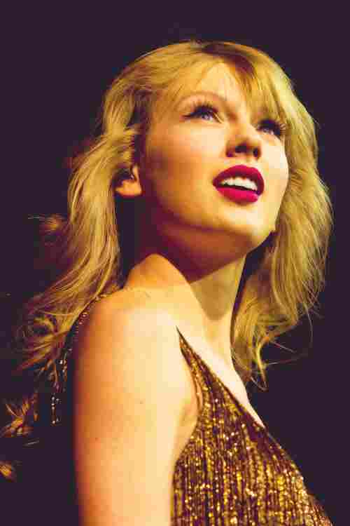 Speak Now sold 1,044,447 million copies in its first week, being the number 13 artist to sell a million copies of an album the week of its launch.