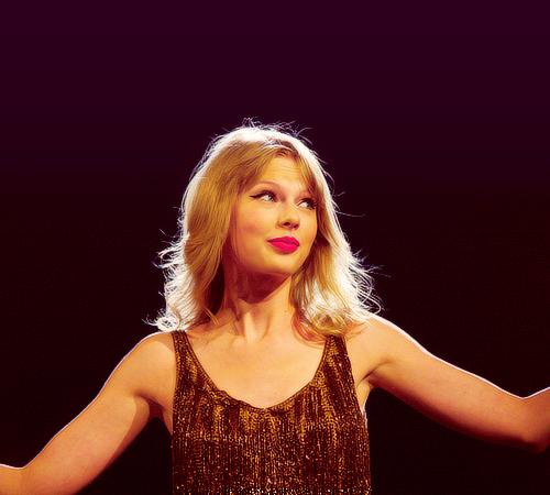 Swift был первым артистом в истории, получившим два разных альбома среди 10 лучших бестселлеров. (Тейлор Свифт и Бесстрашный)