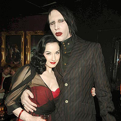 A cantora Dita Von Teese e namorada de Marilyn Manson, destaque em um dos vídeos do Green Day
