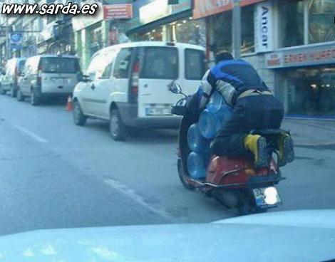 Transporte de água em uma motocicleta