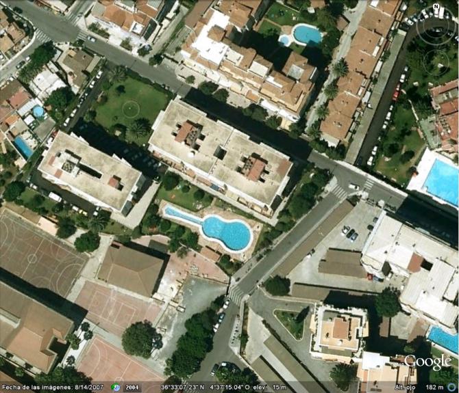 PISCINA SOB FORMA DE GUITARRA (MARBELLA, ESPANHA)