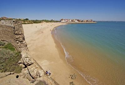 La plage de la Muralla dans le port de Santa María (Cadix)