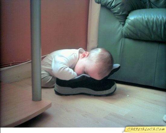 Bebé durmiendo en un zapato