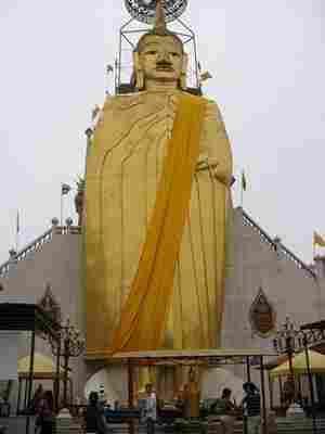 Buddha en Wat Indrawiharn de Bangkok