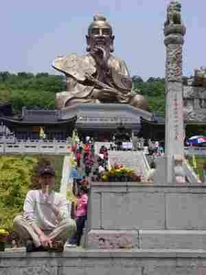 Estatua de Laozi en el monte Mao erca de Zhenjiang de la provincia de Jiangsu