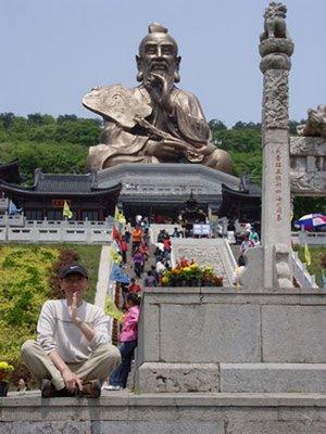 Laozi estátua no Monte Mao erca de Zhenjiang da província de Jiangsu