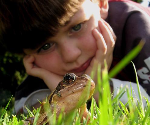 Niño y rana