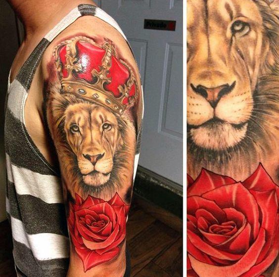 Tatuagem de coroa de leão e rosas