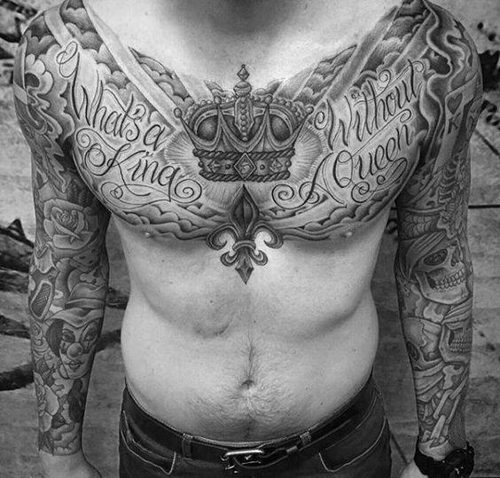 Tatuagem de coroa no peito