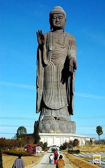 Ushiku Amida Buda ... 120 Mts.