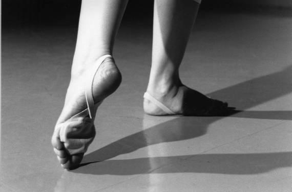 Балерина с босыми ногами