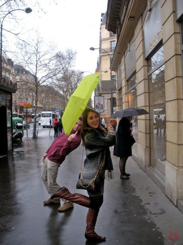 Regardez: souriant sous la pluie ....