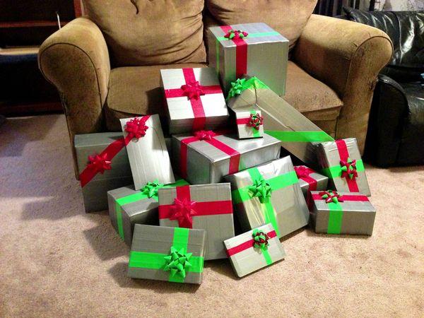 Embalar presentes, apenas com fita adesiva