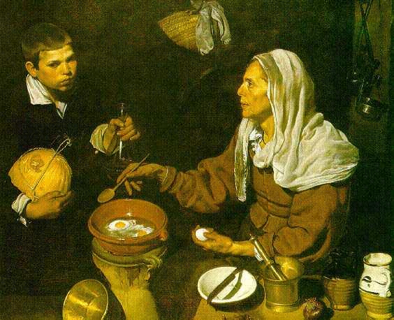 Пожилая женщина жарит яйца