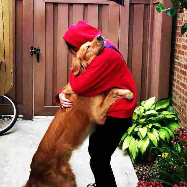 Abraçada de gos feliç