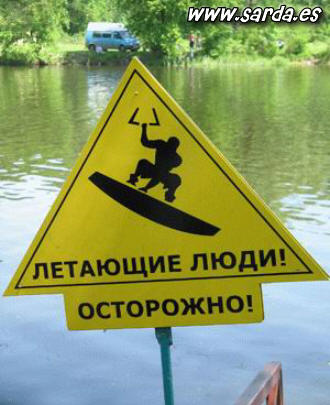 Опасность гориллы в воде? возможно, 3-х ногой ...