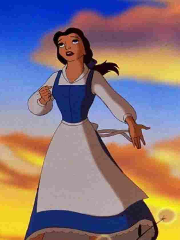 Bella mit blau-weißem Kleid.