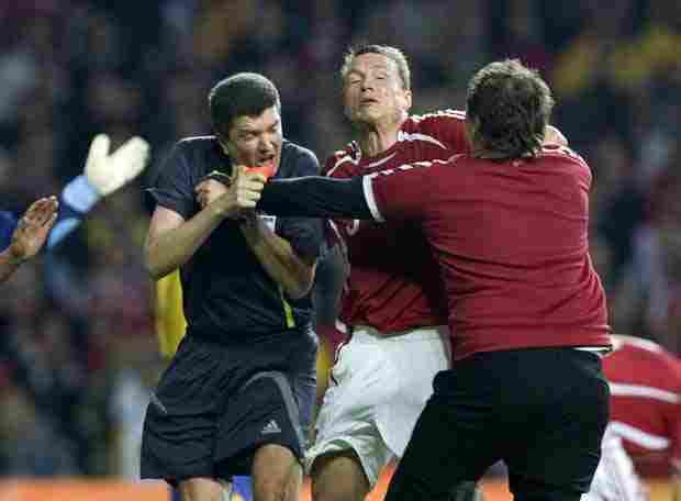 Aficionando queriendo agredir al árbitro