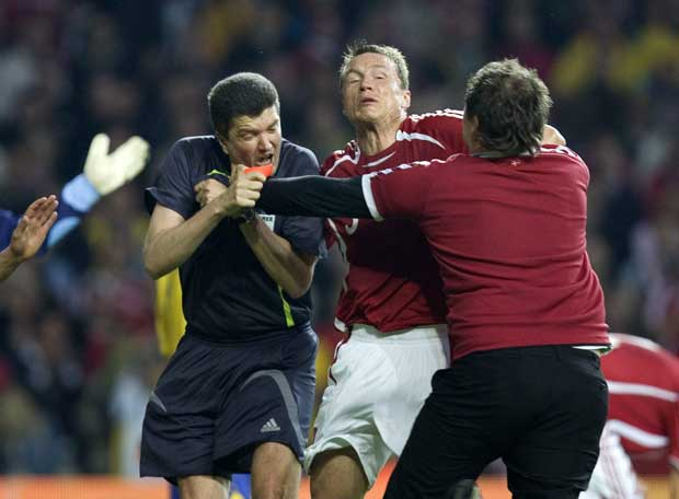 Amateur will den Schiedsrichter angreifen