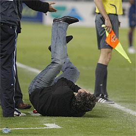 Coach bereikt door object gegooid van de tribunes