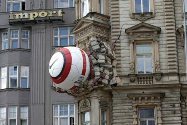 Un balón en la fachada