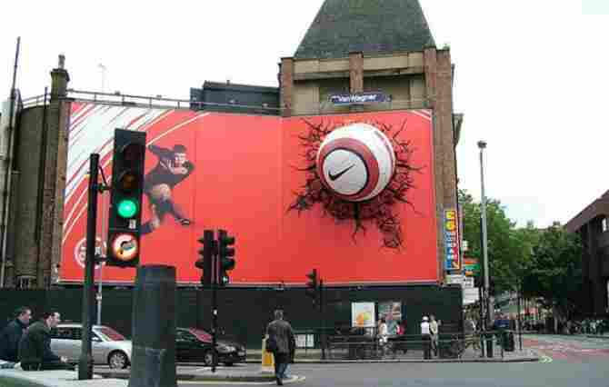 Valla publicitaria con balón incrustado