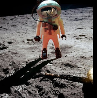 Нил Армстронг становится первым человеком, ступившим на Луну 21 июля 1969 года.
