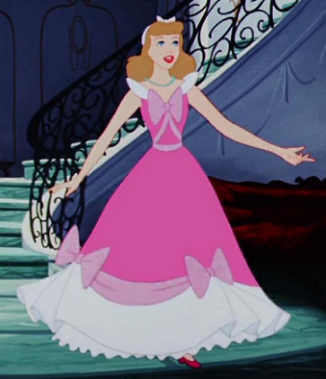 Cinderela no vestido rosa costurado pelos ratos.