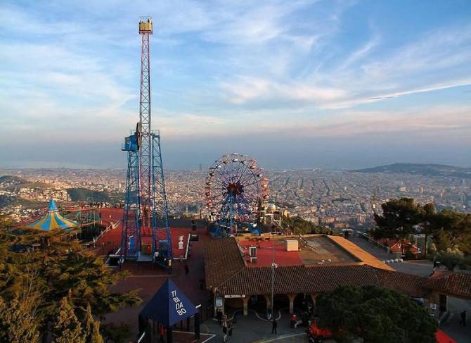 Посмотрите вниз в город из Тибидабо