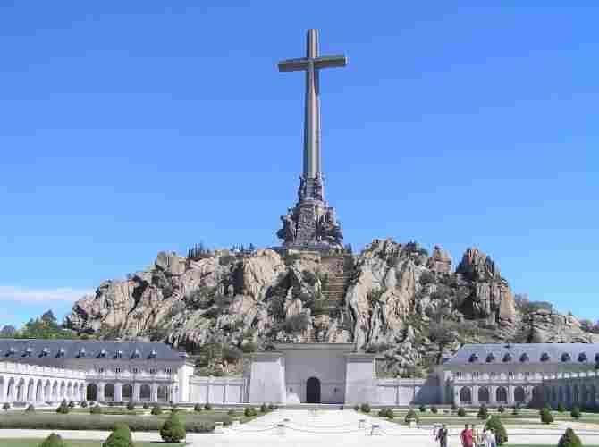 Cruz del Valle de los Caídos de España - 108 metros