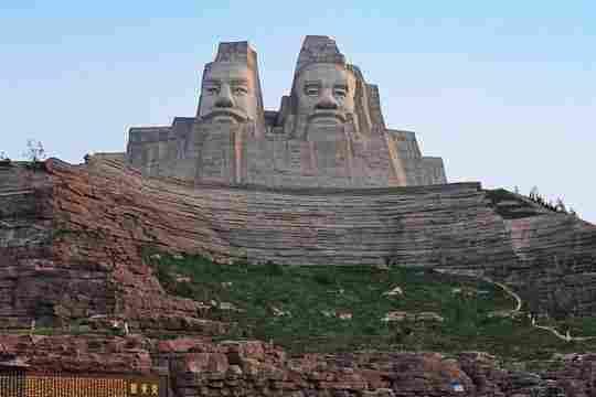 Emperadores Yan y Huang de China - 106 metros