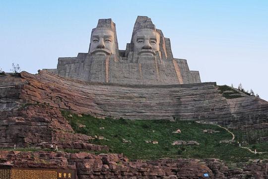 Imperadores Yan e Huang da China - 106 metros